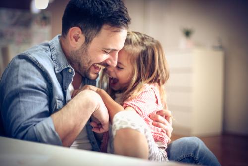 Chatouiller son enfant : est-ce vraiment rigolo ?