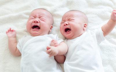 Comment gérer des jumeaux ou des triplés qui pleurent en même temps?