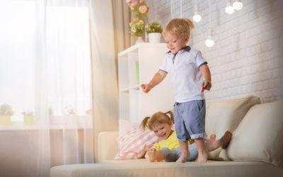 Comment garder son calme avec ses enfants quand ils sautent sur le canapé?