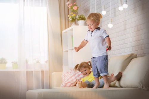 Comment faire obéir mes enfants qui sautent sur le canapé?